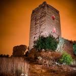 Castillo iluminado por flash y linternas